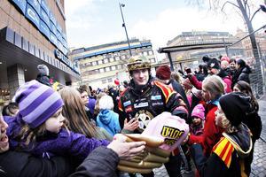 Jonathan Granström var en av alla populära Brynässpelare som fick ta emot folkets hyllningar.