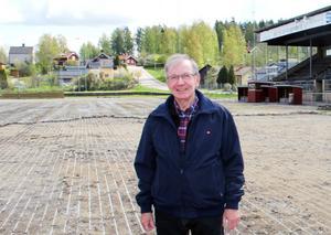 """Rören grävs fram. Jan-Erik """"Janken"""" Johansson var med och la ner dem när den konstfrusna anläggningen byggdes på Västanfors IP för drygt 40 år sedan."""