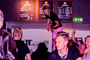 Comminors ena gitarrist Mats Berndtsson tog sig upp på Bankirens bardisk och fortsatte spela.