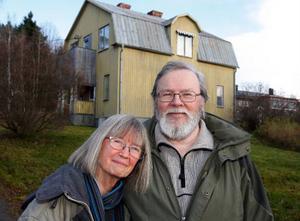 Ingegärd är vegetarian och är emot alla former av jakt. Hennes Sambo heter Bertil Sundin och storjägare med över 70 älgar på sitt samvete. Ett något omaka par som har mycket att diskutera vid köksbordet.