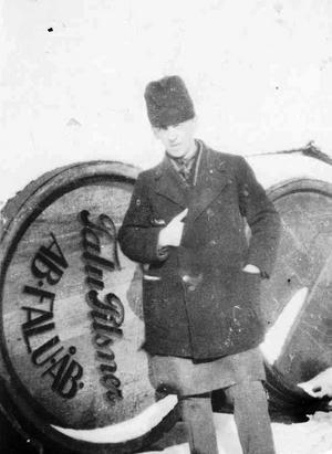 Johan Sohlberg 1931 framför ett ekfat. Han arbetade som utkörare.