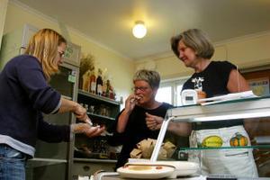 Astrid Lidén och Britt Ellnemyr säljer Agneta Larssons ostar i Stockholm. De har aldrig tidigare besökt Strömmens gårdsmejeri men passade på under gårdagen när de ändå skulle till Jämtland.