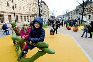 Maja Byström, 6 år och Elias Lundgren, 7 år vid lekanordningen larven som båda ville döpa till slirande ormen.