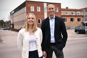 Lisa Sundman Maripuu och Fredrik Skarp utanför industrin i Östnor.
