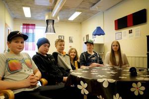 Matteus Åslund, Erik Eriksson, Dag Hellby, Karolina Hedenström, Arvid Jonsson och Lovisa Holten representerar sina klasser på Nyhedens skola under nästa veckas kommunfullmäktige.