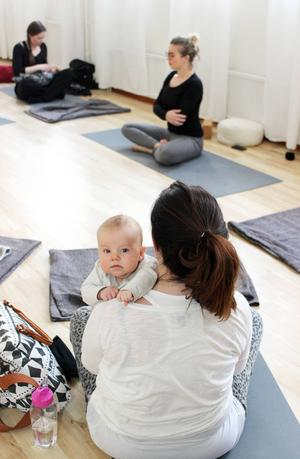 På mammayogapasset följer barnet med då mamma tränar. Vilgot, två månader, hänger med mamma Petra Edberg.