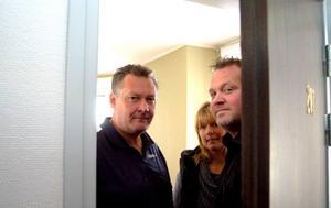 Einar Roos, Cathrine Sjögren och Sven-Öhlén har fått reda på av mediet Terry Evans att de inte ska hyra ut rum 207 på Grand Hotell.  Foto: Jonas Ottosson