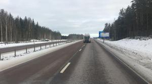 En personbil på väg mot Falun körde genom mitträcket och över på andra sidan.