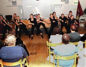Estraddans och annan underhållning bjöd esterna från Timrå gymnasium på när kommunalfacket hade repskap för länets ombud på torsdagen i Söråker.