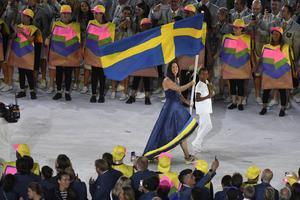 Therese Alshammar bar den svenska flaggan under OS-invigningen i Rio.
