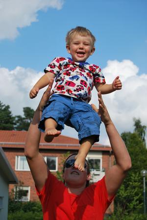 Arvid Valsås, två år, och morbror Erik Olsson, sjutton år, har det alltid roligt tillsammans. När man inte har setts på länge måste man hitta på massor med bus. Till exempel kan man ta en flygtur, assisterad av morbror! Önskar att det fanns ljud till bilden - för det var massor med härliga skratt under flygturerna!