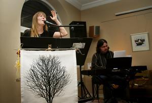 Pianisten och goda vännen Ronnie Svenblad har pushat Linda att kliva upp på scenen och satsa på musiken. Foto:Mikaela Larm