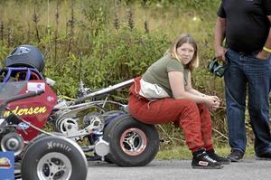 Långväga . Ända från Norge kommer Madelen Andersen. Hon kör juniordragster.