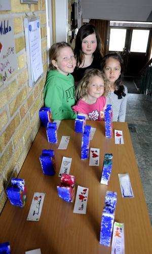 Moa Svensson, Anna Jönsson, Tyra Svensson och Olivia Rikner är några av de elever som har tillverkat frigolitstatyer inspirerade av Bengt Lindström.