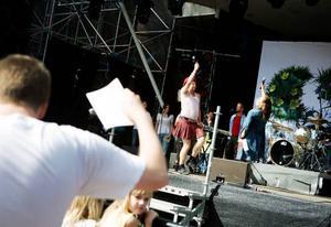 15.52 Patriks Combo hjälpte till att få upp trycket på Allsången som Sveriges radio Jämtland ordnade i Badhusparken.Foto: Lars-Eje Lyrefelt