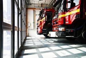 Här står några av de många brandbilarna i garaget.