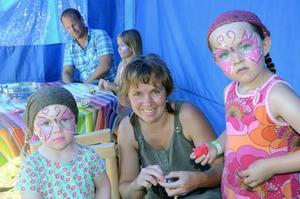 Samma förening ordnade barnens dag i slutet av juli. Då fanns möjlighet att få ansiktsmålning. På bilden Diana och Linnea Bengtsson tillsammans med mamma Carina Enarsson passade på.