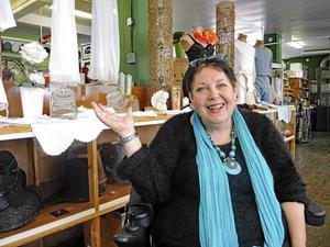 Eva-Lisa Borres var en lika kunnig som glad inspirationskälla vid CTH Fabriksmuseum som var ett av målen för PRO Moras hemliga resa nyligen.