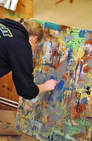 Emelie Printz lägger sista handen vid en av graffititavlorna.