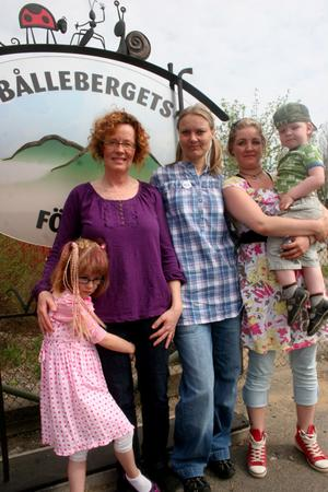 Inte utan stolthet välkomnar de här Bergsjöborna till sin förskola, Bålleberget. Alla Lilly, 6 år, förskollärare  Bodil Bergström, förskollärare Annika Norberg och vikarien Madeleine Viltok med Johan, 2 ½ år.