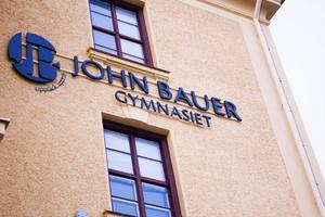Av de elva elever som går på John Bauers ishockeyutbildning bjöds nio in till ett möte med Jämtlands gymnasium. Håkan Karlsson, biträdande förbundschef på Jämtlands gymnasium, förstår inte John Bauers kritik.