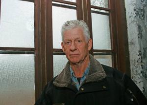Tröttnat. Ola Holgersson fastighet blir ständigt utsatt för skadegörelse. Många gångar har han fått restaurera fönstren för att någon skjuter mot dem med luftgevär.