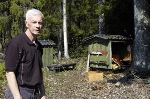 Lennart Lindberg framför sin förstörda bikupa.
