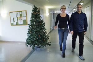 Beroendecentrum har nyligen lämnat sina tidigare lokaler i rivningshusen. Ingrid Näslund, sjuksköterska, och Magnus Djurestål, beroendeterapeut, är nöjda med sin nya ljusa och stora arbetsplats på översta våningen, i samma huskropp som familjecentralen.