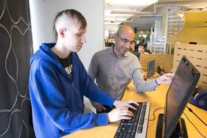 Kim Hedman som jobbar på Halebops support i Kupolen, tillsammans med Haval van Drumpt, chef för Halebop.