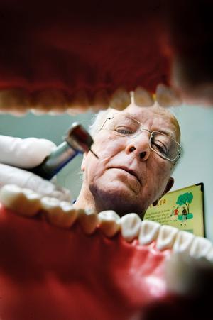 Tandläkare Hans Olov Jönsson har hjälpt de flesta i Odensbacken med tänderna. Nu har han gått i pension efter ett långt yrkesliv.