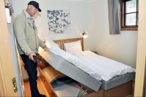 Stugorna mäter 43 kvadratmeter och utrymmet utnyttjas maximalt. Här visar Mats Svensson hur man skapat förvaringsutrymme för ägaren inuti sängarna.