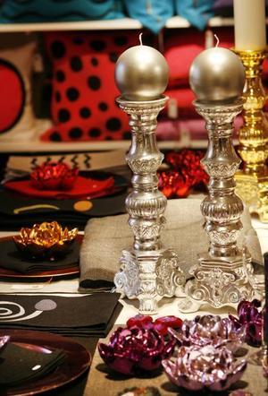 Till bords. På ett bord inne i butiken har Lena Löthman gjort en festlig dukning med både egna produkter och ljus.