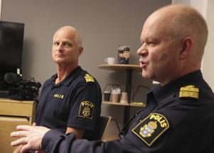 – Det handlar om att bygga upp ett förtroende på sikt,säger Erik Gatu, kommunpolis, om de nya områdespolisernas uppgifter. Tv Mats Lagerblad, lokalpolisområdeschef.