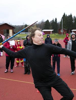 Abbe Ronsten kastar spjut i samband med invigningen av upprustade Säters IP, i oktober 2014.