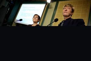 Miljöminister Andreas Carlgren (C) och Naturvårdsverkets generaldirektör Maria Ågren presenterar strategin för en livskraftig vargstam på mer än tvåhundra djur.