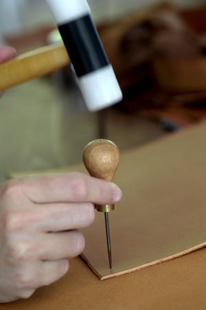 Hålen för skruvnitarna i läderkorgen gjordes med skruvdragare. Men man kan också göra hål med syl i stället, som på bilden.
