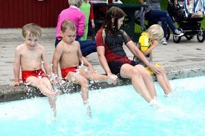 Bensprattel. Algot Fahlström, Harry Vogel. Emma Öhman och Agnes Cecilia Jonsson värmer upp innan första doppet i bassängen.