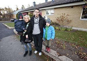 Familjen Jansson på Tuvstarrvägen i Sätra är några av alla tomträttsägare som drabbas av kommunens planerade höjningar av friköpspriser och hyror.