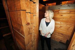 – Här inne i det förstärkta utrymmet i tornet var det tänkt att lottor och hemvärn skulle söka skydd vid eventuellt flyganfall mot Rådhuset, berättar Karin Henriksson.