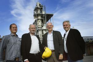 Hjälmen av för att hotet mot Arizona Chemical är undanröjt. Den glada och lättade kvartetten på bilden är Magnus Svensson, Lennart Olsson, vd Per Lundman och Anders W. Jonsson, statsrådsberedningen.