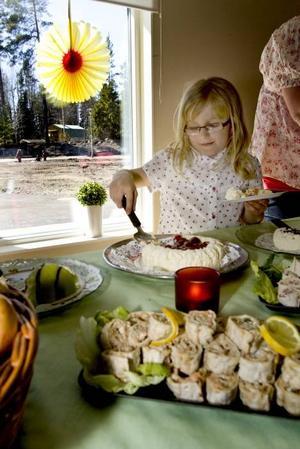 SMASKENS. Majken Hallbygård är med och smaskar tårta tillsammans med sin bror Helmer Hallbygård som nyligen har börjat på Lindbacka förskola.
