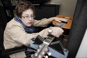 En av Stinas drömmar är att lära sig spela gitarr. Men eftersom hennes högra hand inte fungerar som den ska på grund av hennes CP-skada måste hon spela på en så kallad Klaff-gitarr.