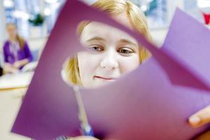 pappersblomma. Klara Engblom från 7C klipper pappersblommor till hygienpåsarna som ska delas ut till Gävles hemlösa.