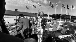 Thore sjunger vid kajen i Västerås hamn 1985.