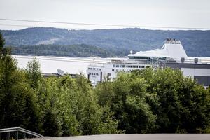 Ocean Gala ligger kvar i Utansjö hamn. Tristessen är stor hos besättningen på 140 personer.