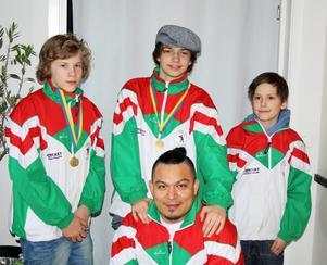Två boxare som tog medalj, Eliaz Grönlund och Linus Hydling, tillsammans med Elias Hällgren och tränaren Martin Hällgren.