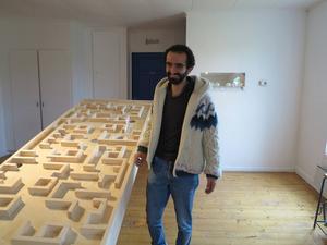 Ahmad Zolfagharians visar sin installation Step in Twice.
