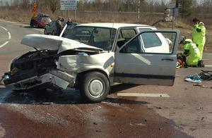 Bollnäskvinnans bil fick hela fronten intryckt. Kvinnan, som var ensam i sin bil, var inte kontaktbar direkt efter olyckan, men sent på söndagskvällen rapporterades det att hon är utom fara.