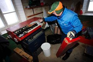 """Hugo Dahl är musiker och i ladugården står en raritet. Det är en ombyggd Hammondorgel med trä leslie. """"Jag har alltid byggt om mina instrument"""" säger Hugo."""