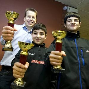 VINNARE. Vinnarna i de tre tävlingsklasserna: Mirko Vallius som vann seniorklassen, Vinyar Shallal som vann mellanstadieklassen och Hazhar Hamzeh Nejad som för tredje året i rad tog hem högstadieklassen.
